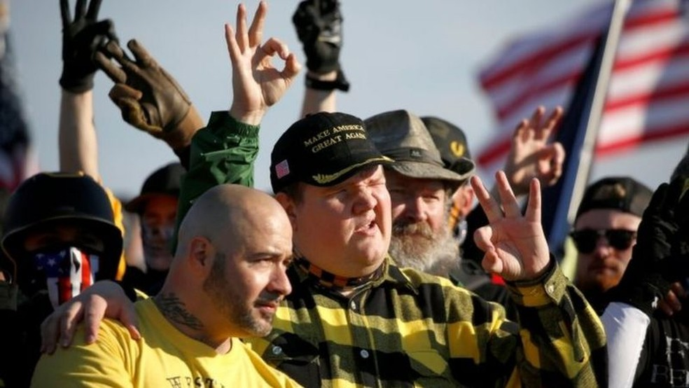 Grupo de extrema direita Proud Boys fizeram gestos simbolizando a supremacia branca enquanto se reuniam perto do Monumento a Washington — Foto: REUTERS