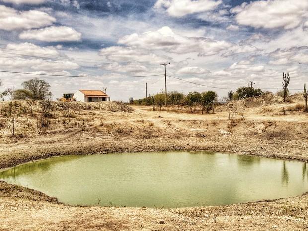 70% das aguadas, cisternas, barreiros e tanques estão secos na zona rual de Coité (Foto: Henrique Mendes / G1)