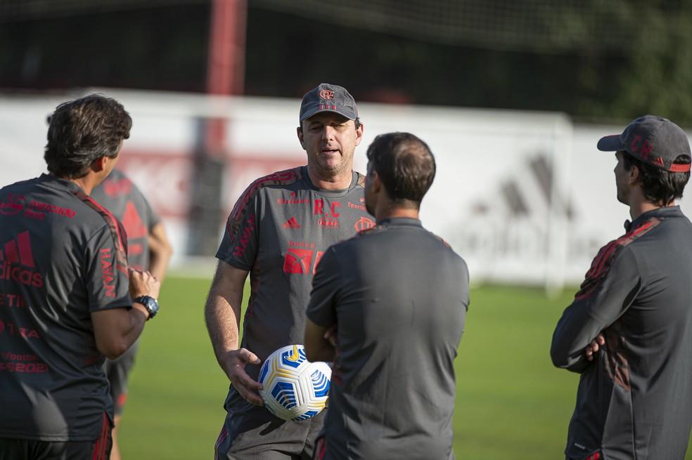 Rogério Ceni conversa com sua comissão no treino do Flamengo no Ninho — Foto: Alexandre Vidal/Flamengo