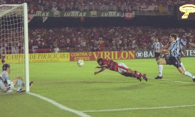 Romário dá peixinho para marcar o segundo gol do Flamengo, mas o título da Copa do Brasil de 1997 ficou com o Grêmio
