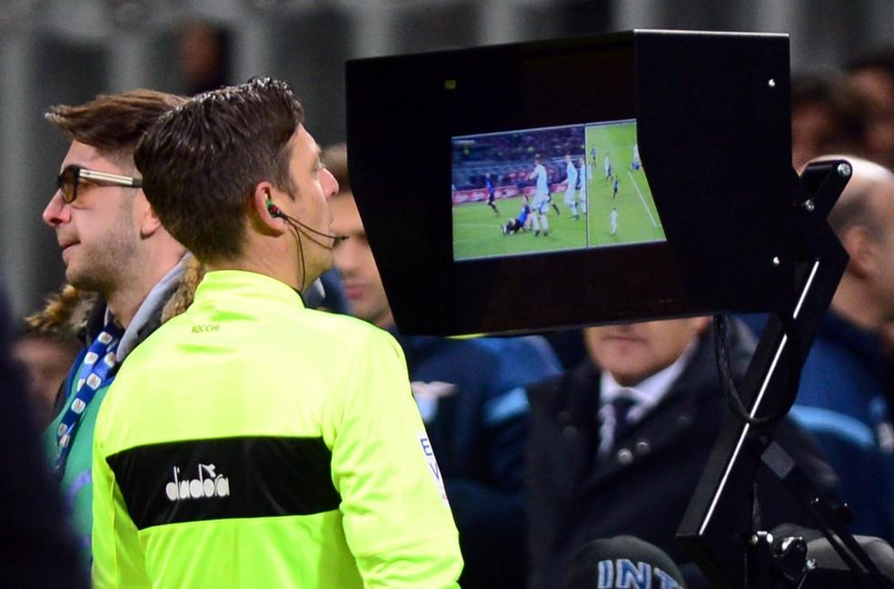 CBF fará licitação para árbitro de vídeo na Copa do Brasil; auxiliares já estão presentes no Campeonato Italiano, por exemplo (Foto: Reuters)