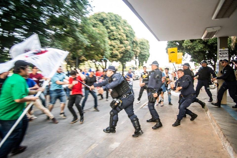 Protesto no Ministério da Educação tem confusão entre PMs e manifestantes - Notícias - Plantão Diário
