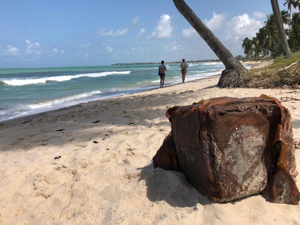 Caixa foi encontrada por banhistas neste domingo (16) na Praia dos Carneiros, em Tamandaré — Foto: Tiago Medeiros/TV Globo
