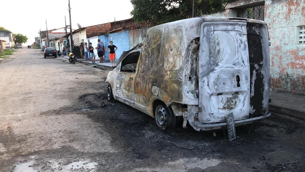 Carro da Cagece é incendiado no Bairro Presidente Vargas, em Fortaleza. — Foto: Paulo Sadat/ SVM