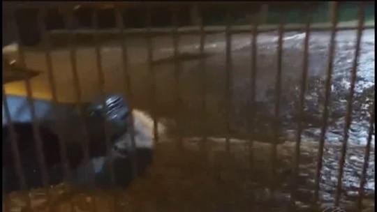 Estrutura metálica desaba e casas ficam alagadas durante chuva em Araguari