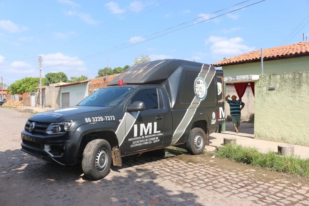 IML de Teresina levou mais de 12 horas para conseguir recolher o corpo.  — Foto: Lorena Linhares/G1