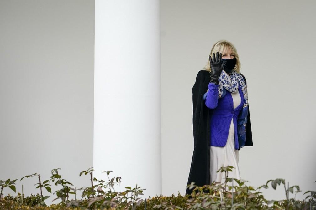 Primeira-dama dos EUA, Jill Biden, acena na Casa Branca nesta sexta-feira (29) — Foto: Drew Angerer / GETTY IMAGES NORTH AMERICA / Getty Images via AFP