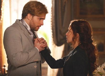 Laura faz as malas para sair de casa e diz a Edgar que só o amor não basta