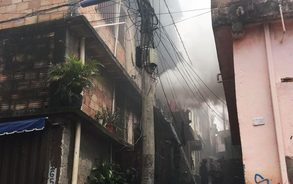 Incêndio em beco na Vila Madre Gertrudes II, em Belo Horizonte, deixa dois mortos (Foto: Corpo de Bombeiros de MG/Divulgação)