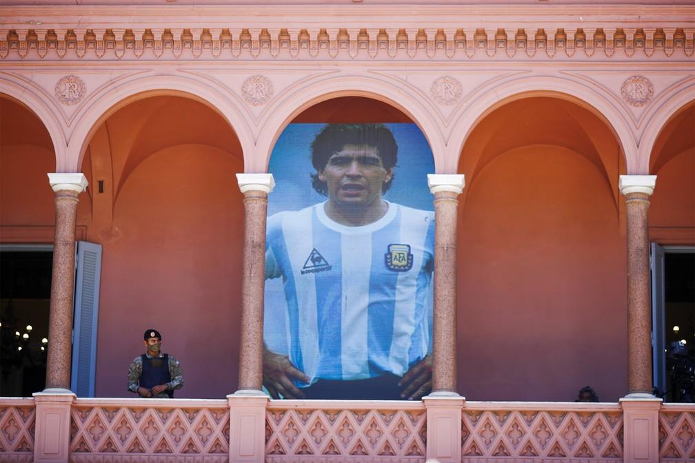 Foto de Maradona com o uniforme da seleção argentina na Casa Rosada durante velório do ídolo do futebol — Foto: Marcos Brindicci/AP