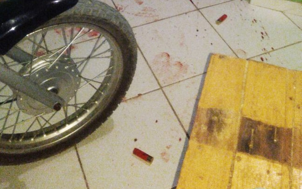Além dos corpos e muito sangue, policiais também encontraram capsulas de espingarda dentro da casa (Foto: PM/Divulgação)