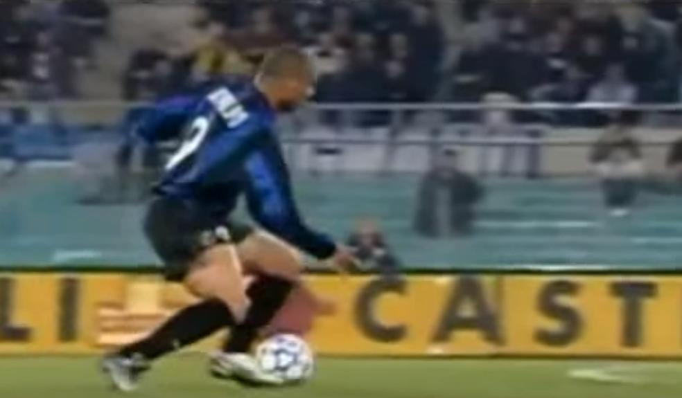O momento da lesão no joelho direito de Ronaldo em 2000 (Foto: Reprodução)