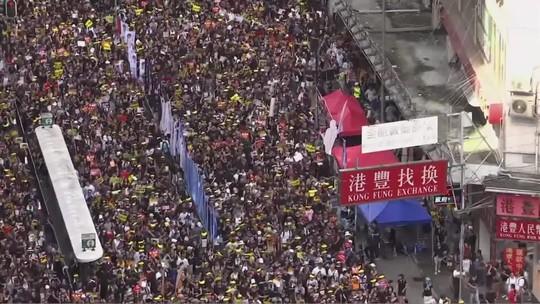 Manifestantes tentam invadir sede do governo de Hong Kong