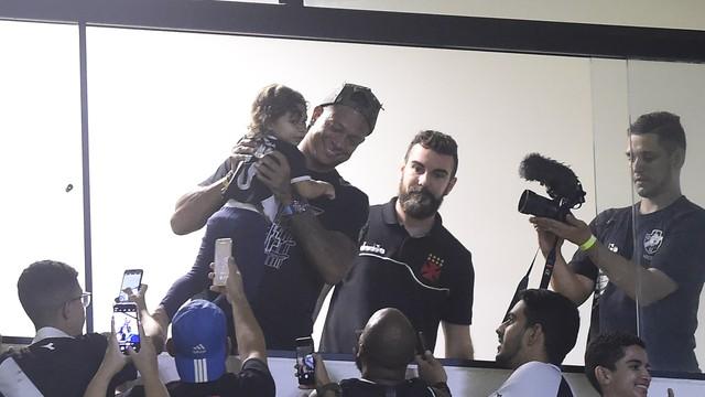 Guarín com torcedores do Vasco