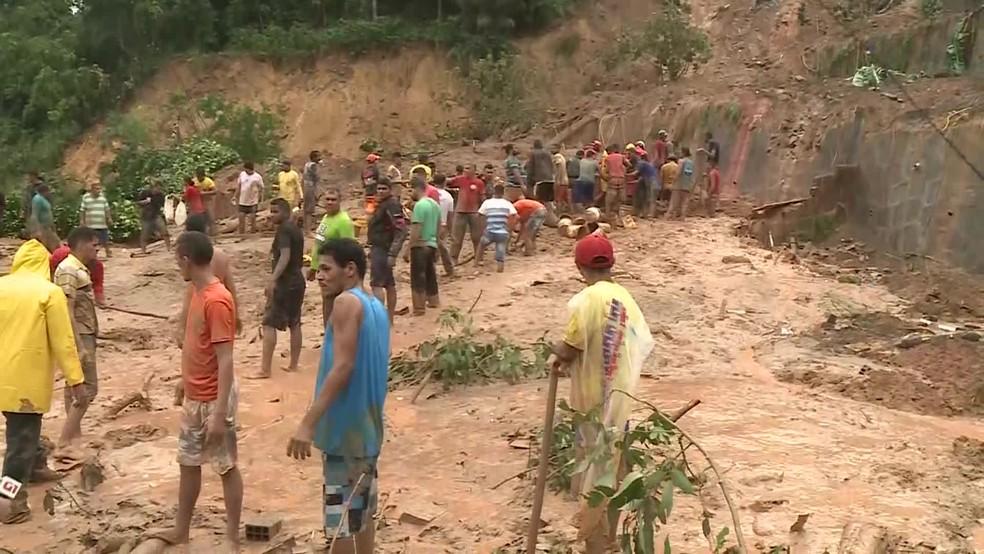 Deslizamento ocasionou mortes em Abreu e Lima, no Grande Recife — Foto: Reprodução/TV Globo