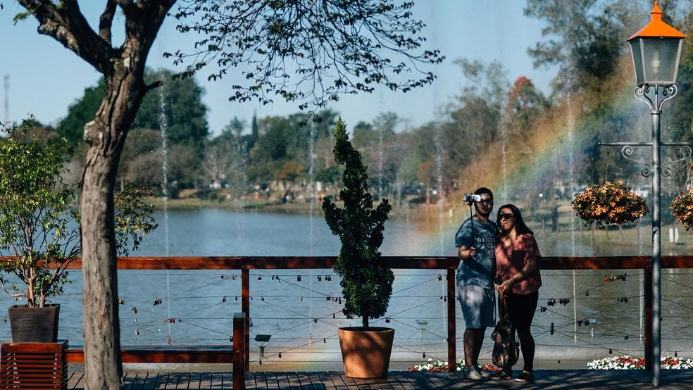 Deck do Amor, com espaço dedicado a cadeados, é opção de passeio para casais apaixonados (Foto: Alexandre Pottes Macedo)