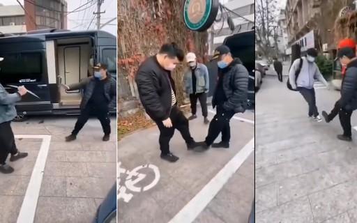 Chineses trocam aperto de mão por cumprimentos com os pés para evitar contrair o coronavírus