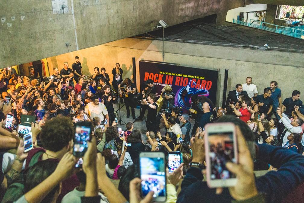 Dinho Ouro Preto canta no metrô de São Paulo — Foto: Luiz Sontachi / Divulgação / Rock in Rio