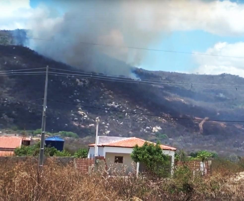 Incêndio florestal atinge a região da Serra do Lima, em Patu — Foto: Tercle Pereira/TV Patu