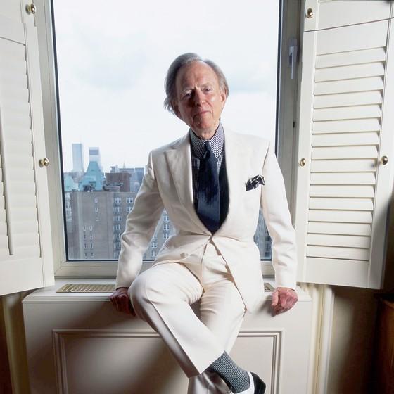 O escritor posa em seu apartamento em Nova York com sua vestimenta tradicional, costume claro com camisa de seda de colarinho alto (Foto: DAVID CORIO/REDFERNS/GETTY IMAGES)