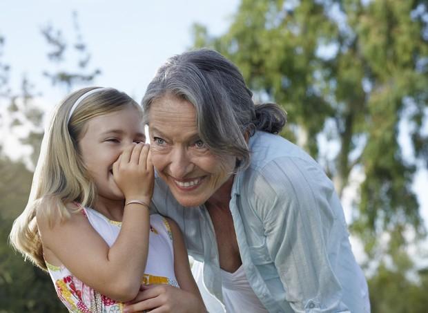 Avó brincando com a neta (Foto: Thinkstock)