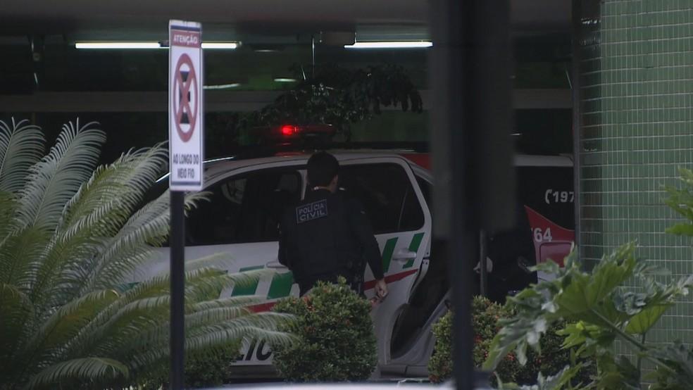 Carro da polícia em frente ao DPE, em Brasília — Foto: Reprodução/TV Globo