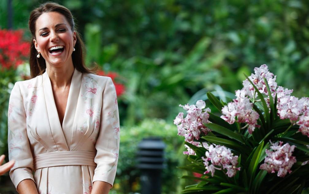 Kate, a duquesa de Cambridge, sorri durante uma cerimônia no jardim botânico da Cidade da Cingapura para batizar uma orquídea segundo seu nome. Ela e o príncipe William visitam o país. — Foto: Stephen Morrison/AFP