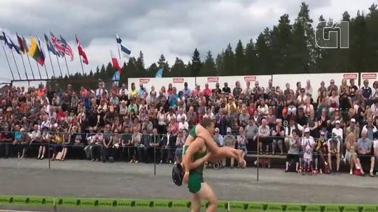 Casal da Lituânia vence campeonato mundial de carregamento de esposas