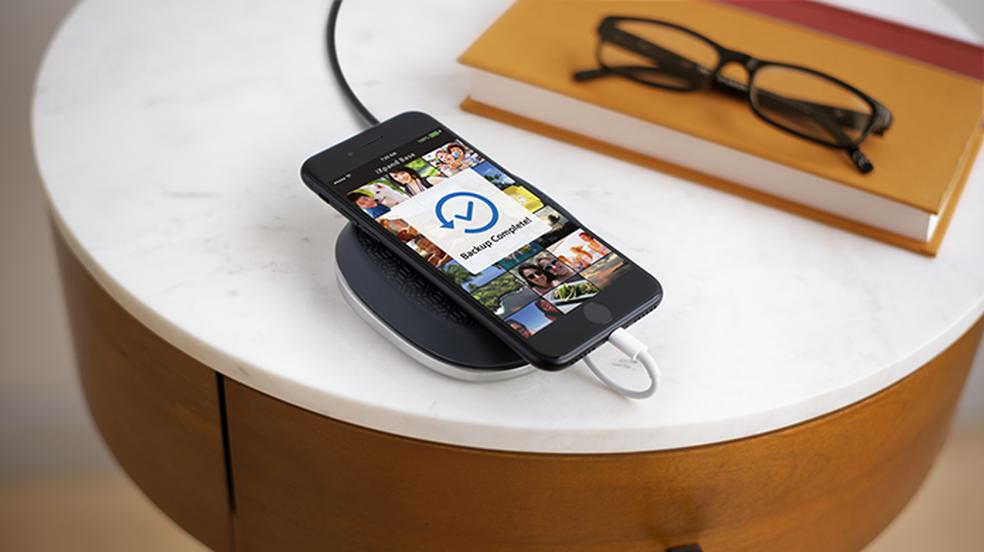 iXpand Base carrega e faz backup de iPhone (Foto: Divulgação/SanDisk)