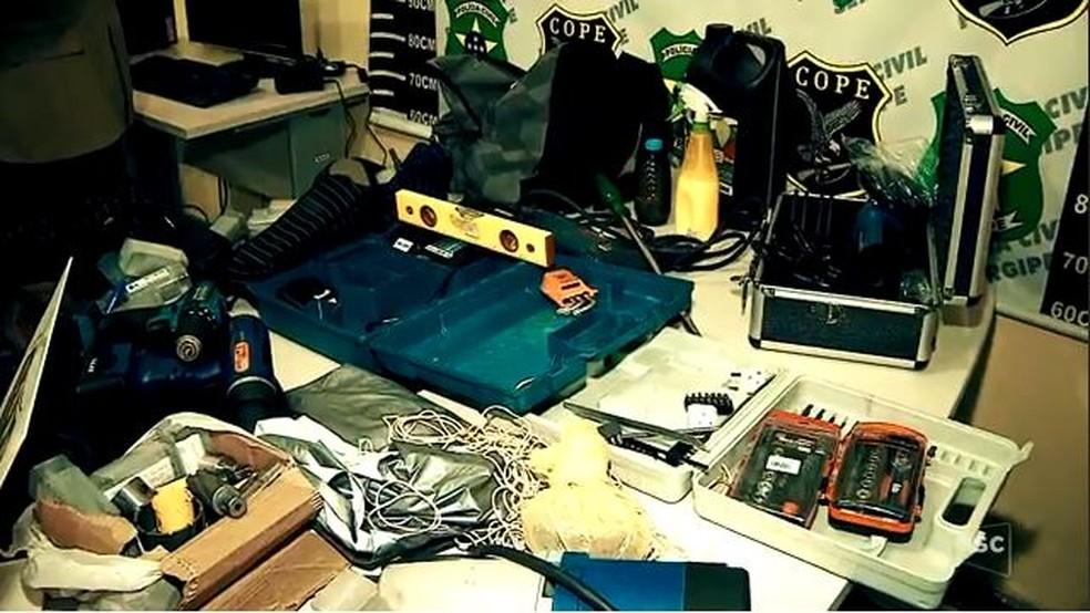 Polícia apreende dentro de carro disfarçado para parecer de empresa de TV a cabo ferramentas usadas para arrombar caixas eletrônicos (Foto: Reprodução/NSC TV)