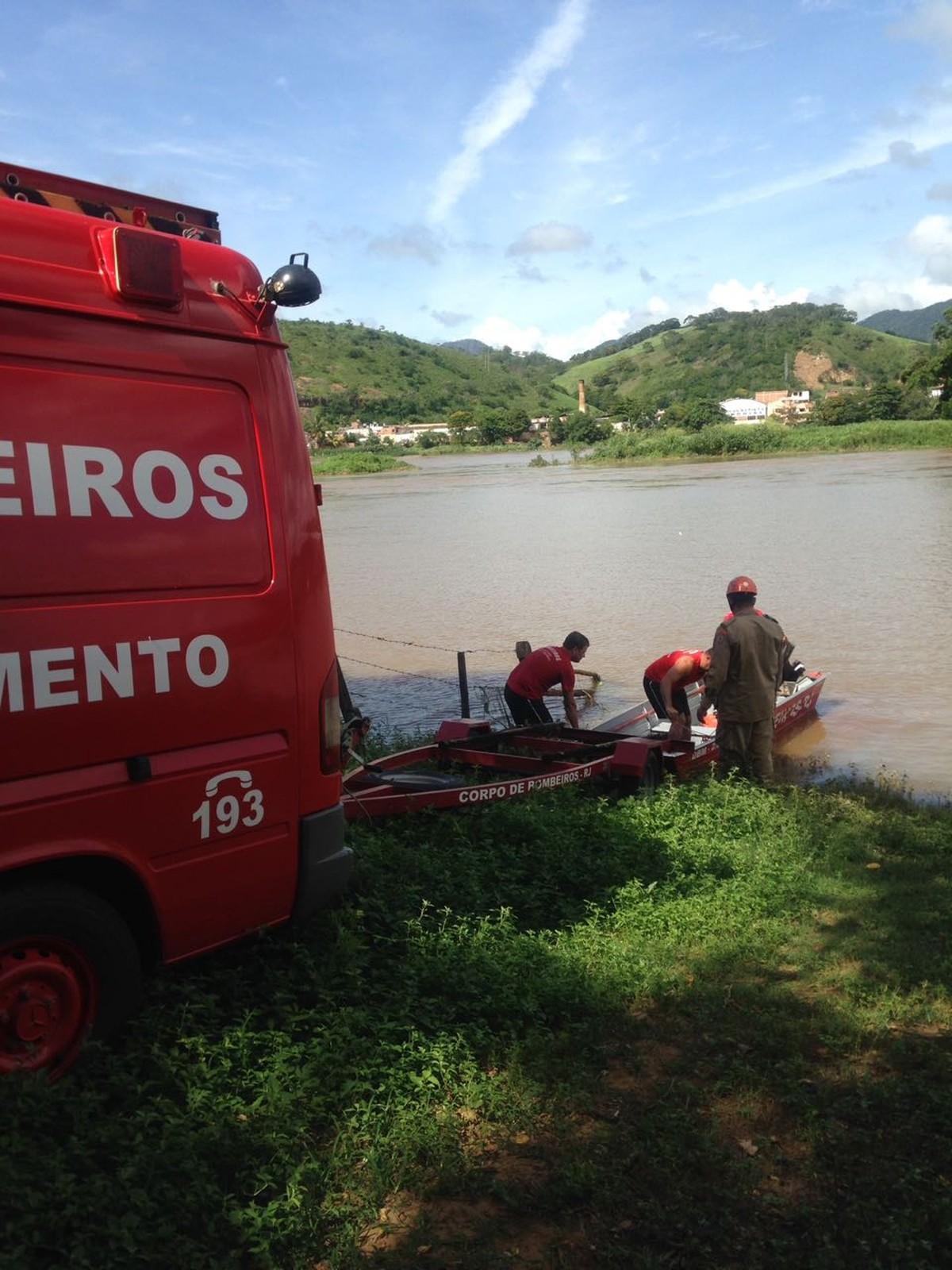 Pescador desaparece após barco virar no Rio Paraíba do Sul, em São Fidélis, no RJ