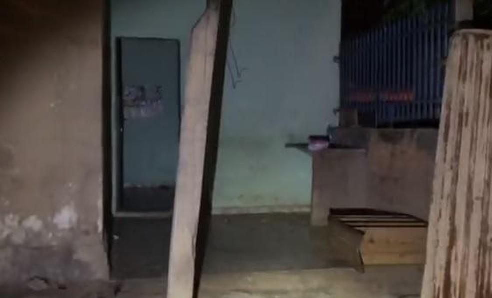 Casa em que o motorista foi mantido em cárcere privado — Foto: Polícia Militar/MT