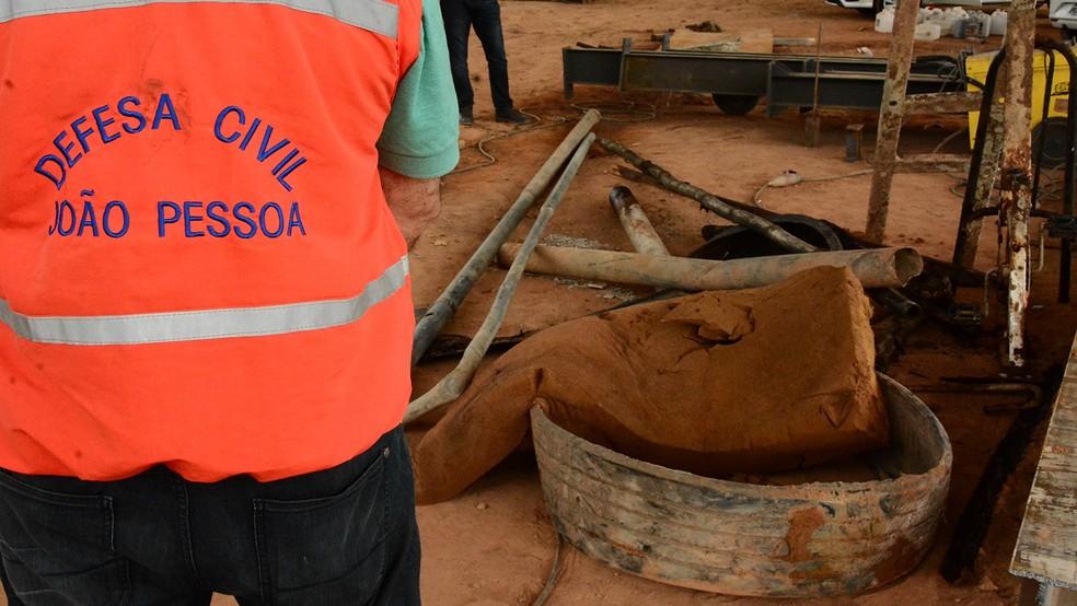 Pedaços de postes de iluminação também foram retirados de dentro da galeria pluvial, na região das Três Lagoas, em João Pessoa (Foto: Gilberto Firmino/Secom-JP)
