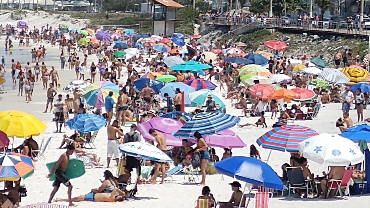 Ambulantes pedem flexibilização para trabalhar nas praias de Cabo Frio, RJ, no feriado de Nossa Senhora