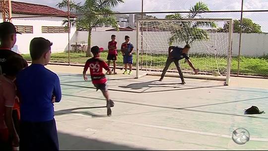 Segurança de colégio e goleiro profissional: conheça a história de Keu, atleta da Série A2 do Pernambucano
