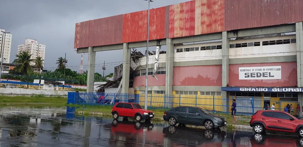 Chovia forte no momento do desabamento do teto do ginásio Castelinho. — Foto: Bruno Alves / G1 MA