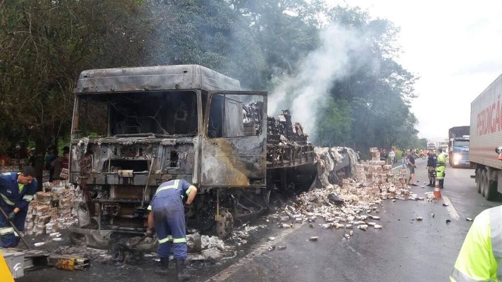 Caminhão ficou destruído, mas ninguém se feriu (Foto: Divulgação/PRF)