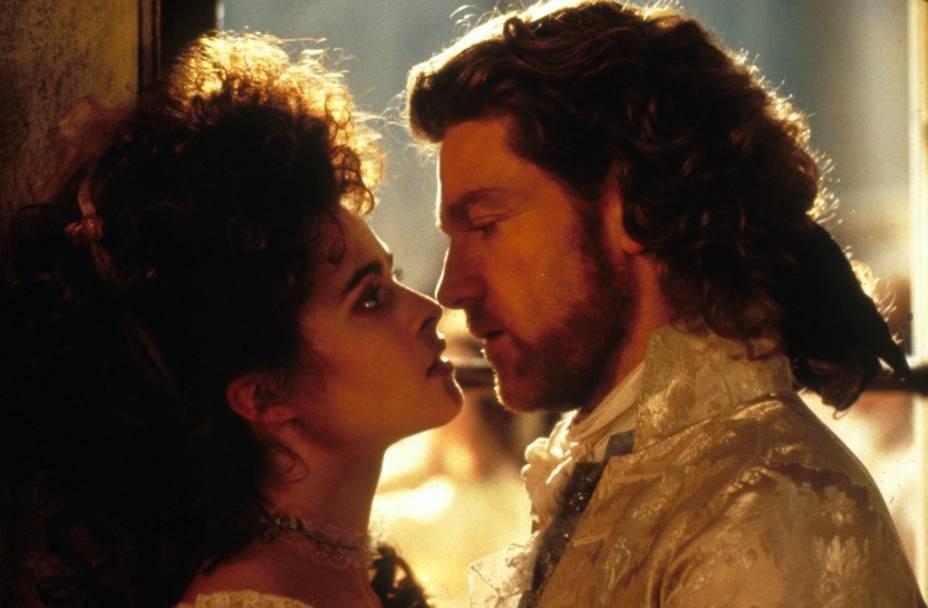 O ator e diretor Keneth Branagh e a atriz Helena Bonham Carter em cena de Frankstein de Mary Shelley (1995) (Foto: Reprodução)