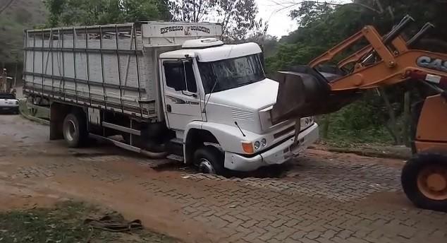 Caminhão afunda em buraco aberto por vazamento na tubulação no distrito de Lídice, em Rio Claro - Notícias - Plantão Diário