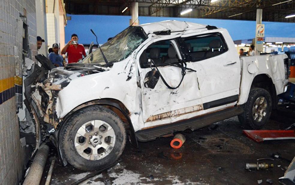Caminhonete ficou com frente destruída (Foto: Edivaldo Braga/Blogbraga)