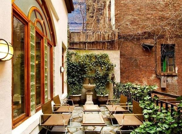 A forma das janelas deixa a varanda com um ar romântico (Foto: Keller Williams/ Reprodução)