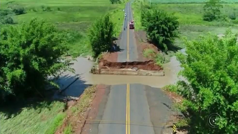 Imagens mostram o  tamanho de cratera em rodovia de Herculândia (Foto: Reprodução/TV TEM )