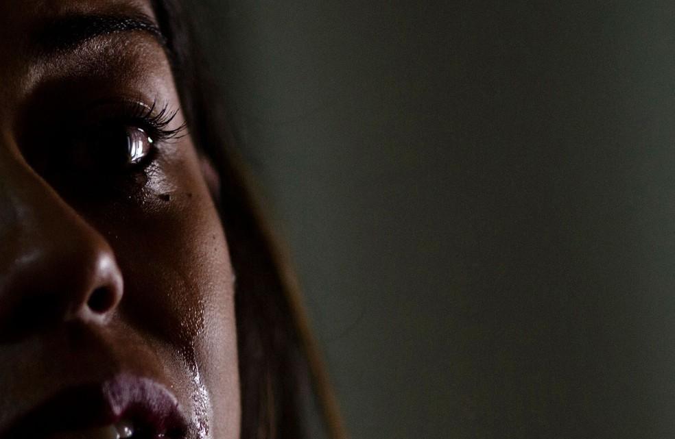 Juliana Oliveira, ex-membro da Word of Faith Fellowship (Associação Palavra da Fé) chora durante entrevista em Betim, em Minas Gerais (Foto: Silvia Izquierdo/ AP)