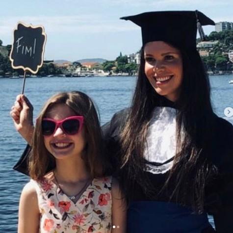 Viviane e a filha, Julia, na foto de formatura da atriz (Foto: Reprodução/ Instagram)