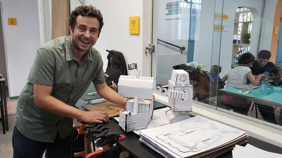 Gustavo Nebias usa espaço maker para fabricar brinquedos de papelão, que vende para lojas em BH, RJ, SP e Curitiba — Foto: Humberto Trajano/G1