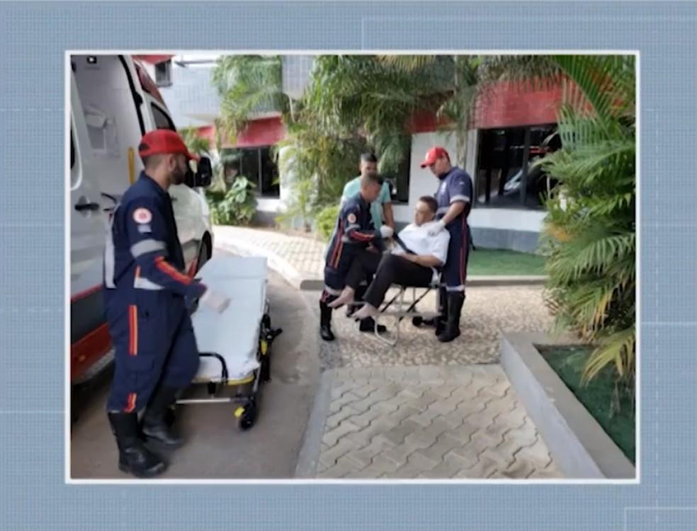 Momento em que Agnaldo Timóteo foi socorrido no hotel onde estava em Barreiras após passar mal, no dia 20 de maio. — Foto: Reprodução/TV Oeste