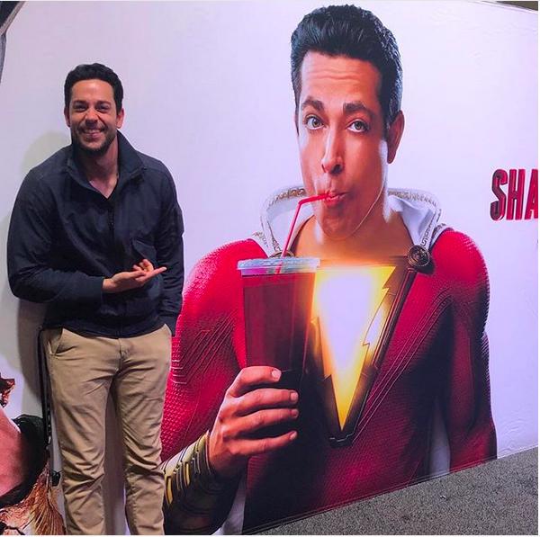 O ator Zachary Levi revelando a primeira imagem oficial do herói Shazam (Foto: Instagram)