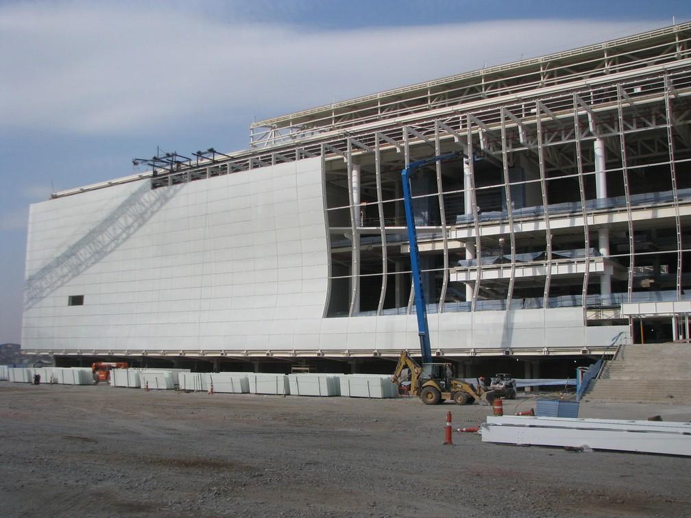 Os vidros brancos sendo colocados na Arena Corinthians em sua construção — Foto: Aníbal Coutinho/Acervo pessoal
