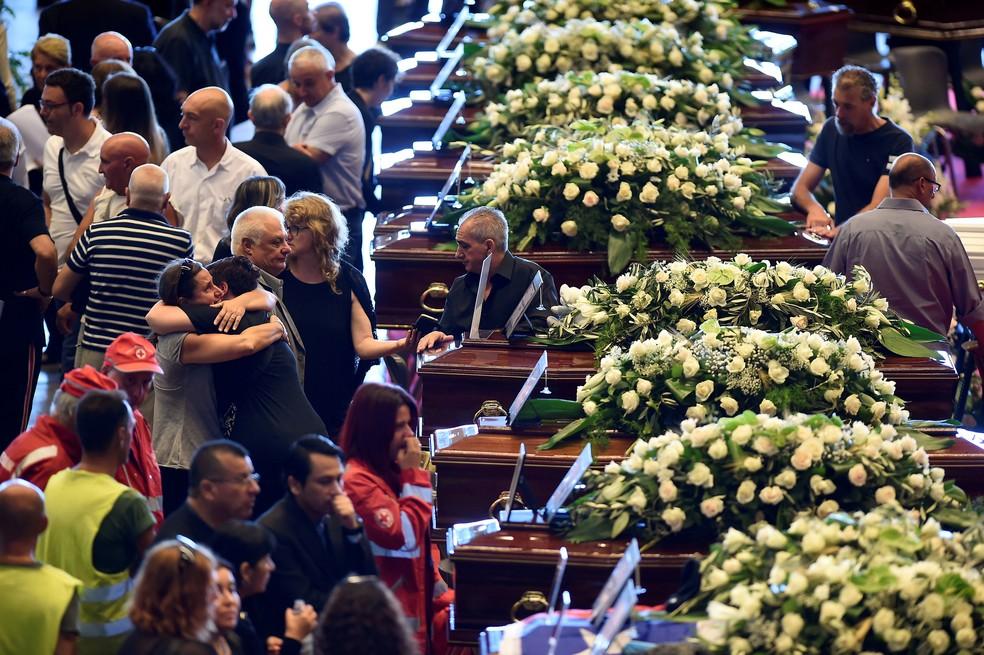 Familiares durante funeral de 19 vítimas da queda de ponte em Gênova (Foto: Massimo Pinca/Reuters)