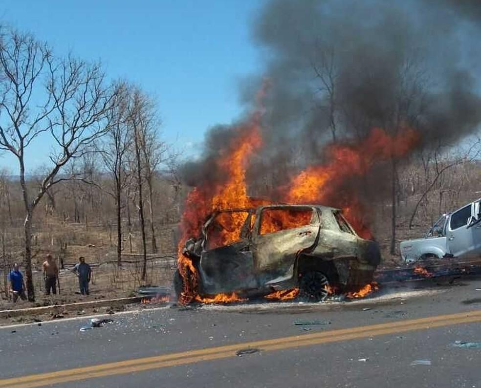Um dos carros envolvidos na batida foi destruído pelo fogo na BR-135 (Foto:  Jadiel Luis/Blog Sigivilares)